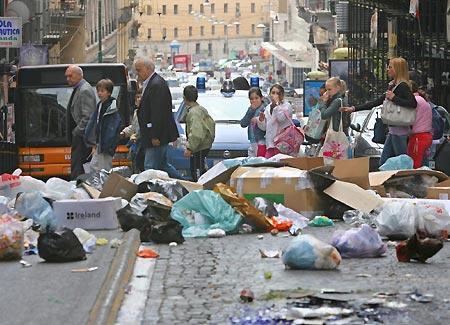 I rifiuti soffocano Napoli. Ancora