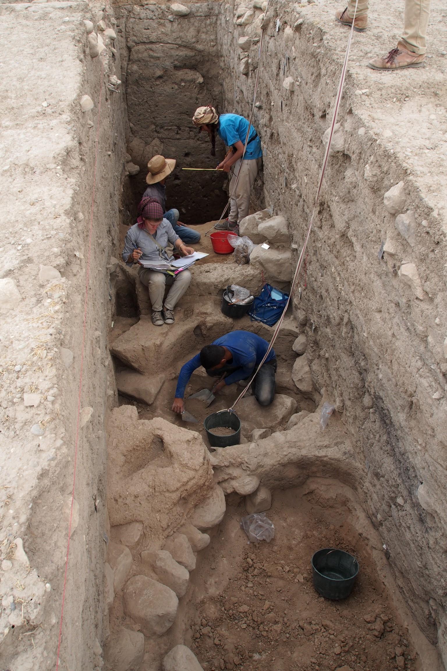 Ausgrabungen hinab zu den bronzezeitlichen Schichten in der Oberstadt von Bassetki.