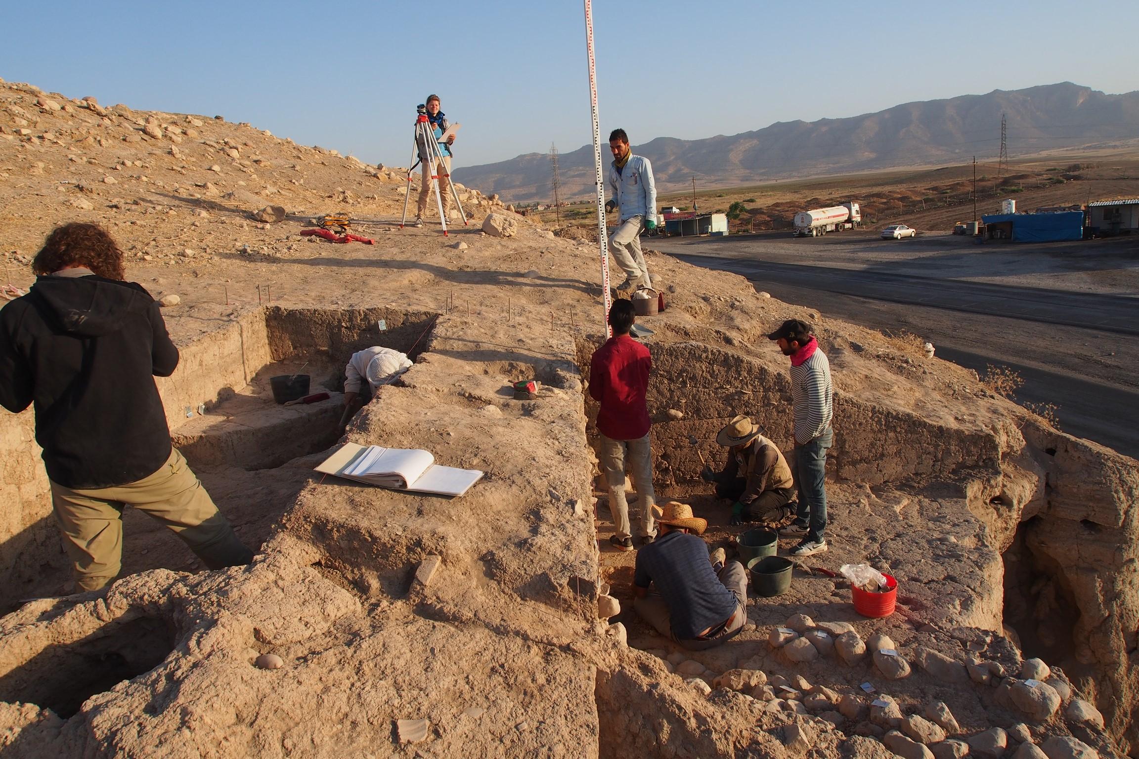 Ausgrabungen am Osthang der Oberstadt von Bassetki, an dieser Stelle wurden mehrere Fragmente assyri-scher Keilschrifttafeln gefunden.