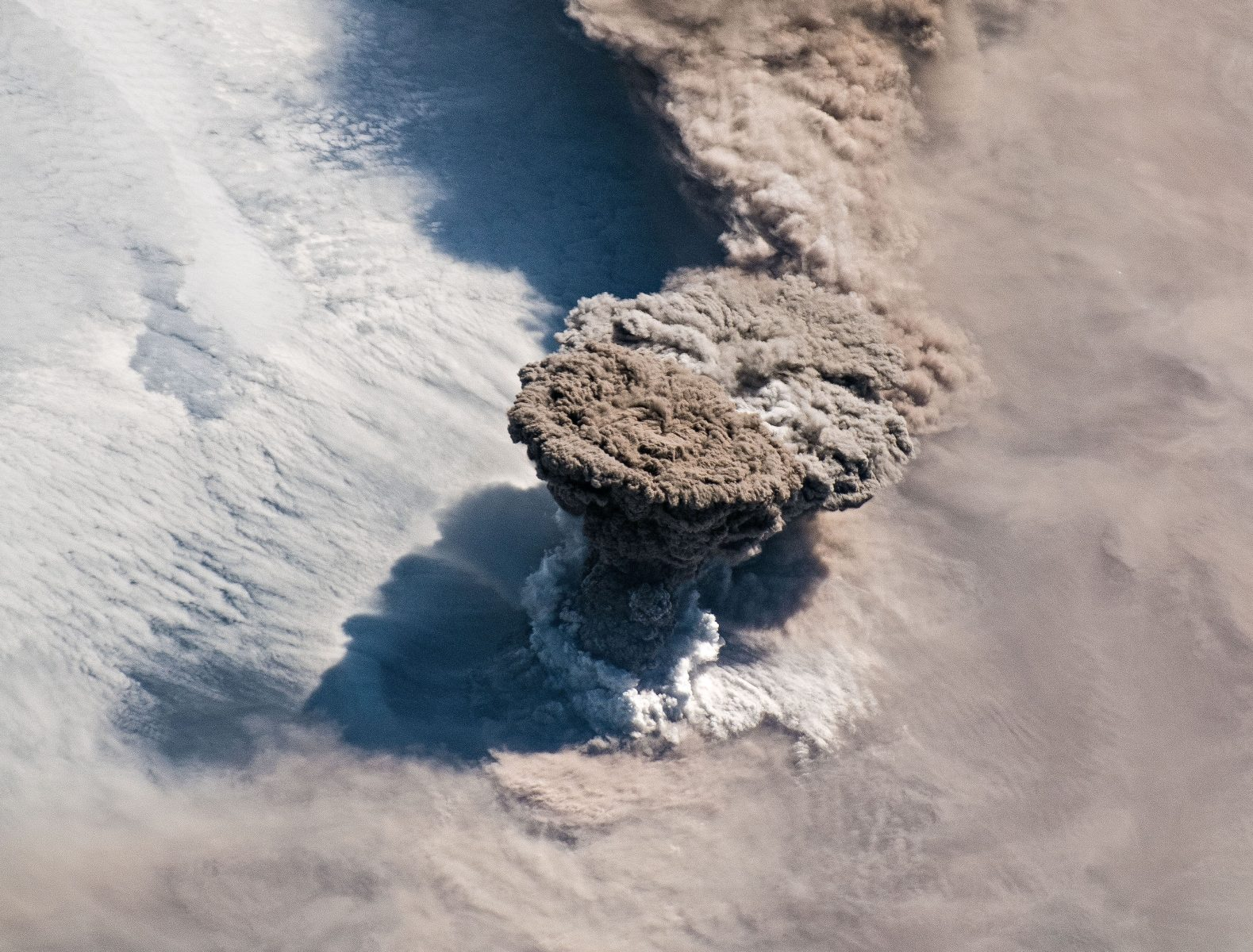 vulcano Raikoke eruzione spazio nasa