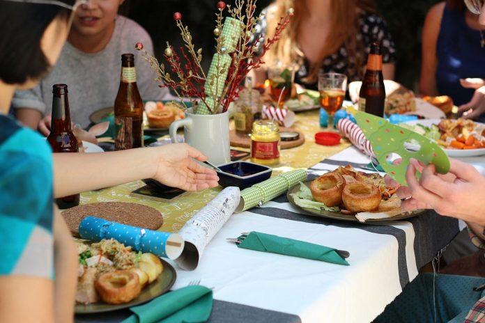 coronavirus buffet mani contagio infezione ristorante mangiare